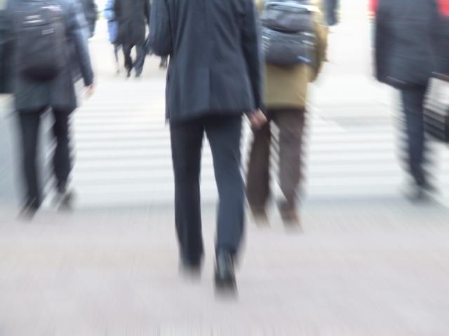 横断歩道を渡るサラリーマンの後姿