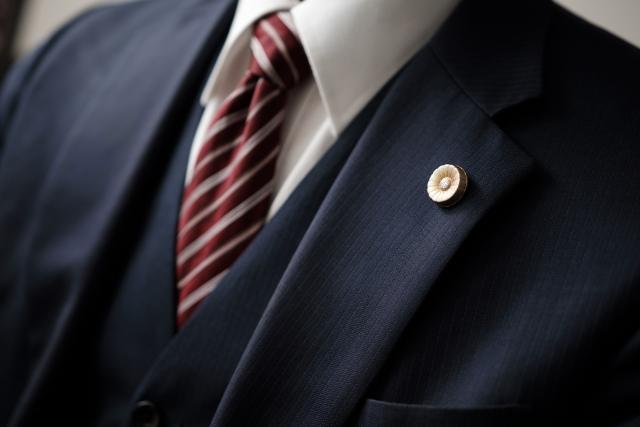 弁護士バッジをつけたスーツの男性