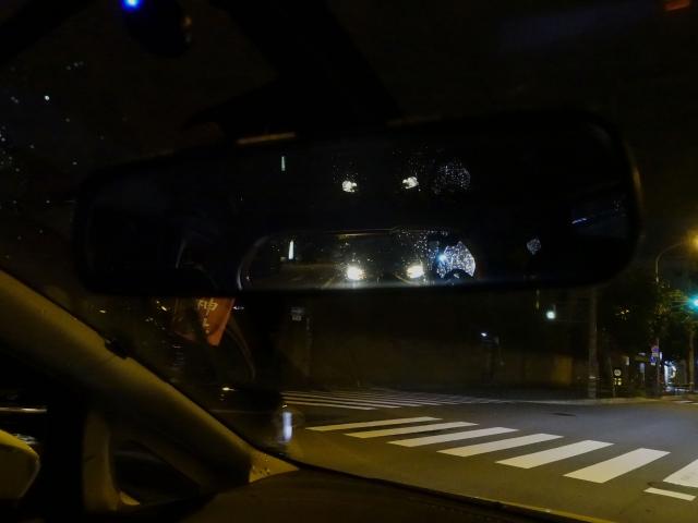 尾行する車が写るルームミラー