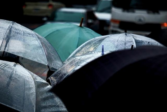 街に溢れる傘の群れ