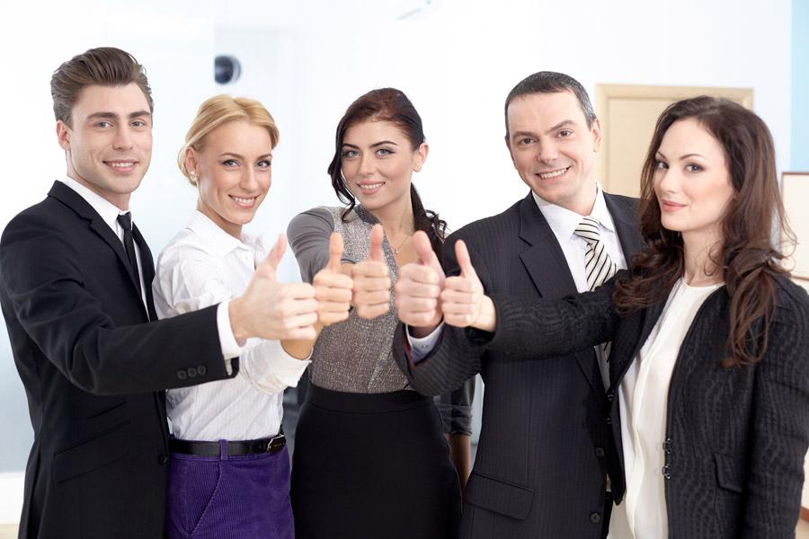 笑顔で親指をたてる男女会社員5名