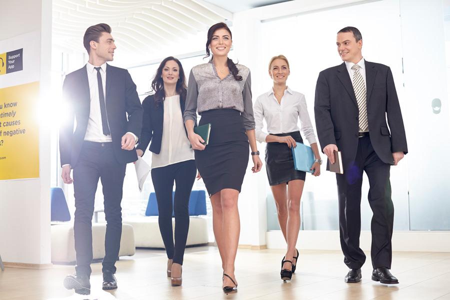 社内を笑顔で歩く男女社員5名