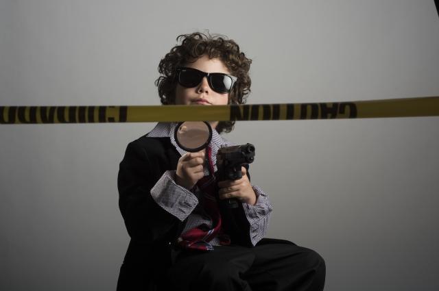 虫眼鏡を持つ探偵風の子供