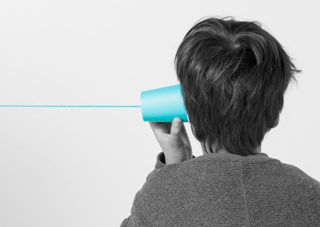 糸電話を持つ子供