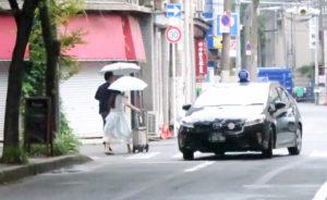 大阪市内を歩く不倫カップル