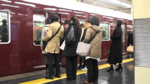 阪急梅田駅より阪急電車神戸行きに乗り込む乗客