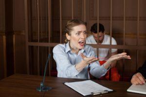 裁判で熱弁する女弁護士