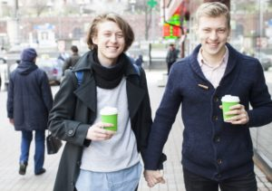 街を歩く同性カップル