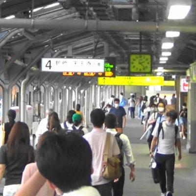 JR京橋駅のホームの人々