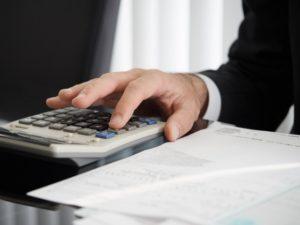 調査料金の明細を計算する探偵事務所職員