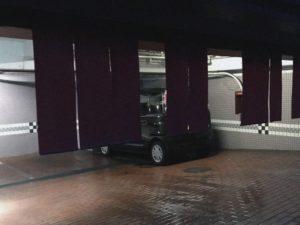 ラブホテルに駐車されている不倫カップルの車
